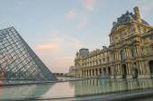 Paris (France). Louvre and Pyramid — Stock Photo