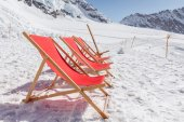 Empty red beds on the snow, relaxing concept — Stock Photo