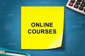 Online courses word on yellow note — Stock Photo