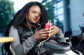 Trendy young woman relaxing listening to music — Stockfoto