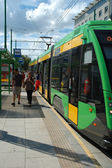 Personas bajar del tranvía en poznan, polonia — Foto de Stock