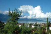 Mountains, lake and buildings in La Tour-de-Peilz in Switzerland — Stock Photo