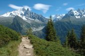 Trail and peaks nearby Chamonix in Alps in France — Stock Photo
