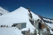People and buildings on Jungfaujoch pass in Switzerland. — Stock Photo