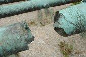 Broken antique cannon barrel — Stock Photo