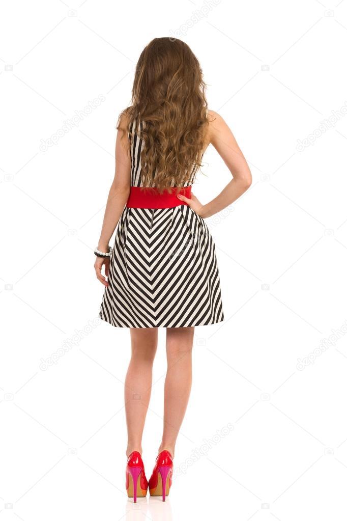 Полная девушка в платье сзади