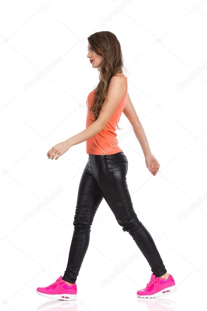 Mujer caminando | Alejandra León