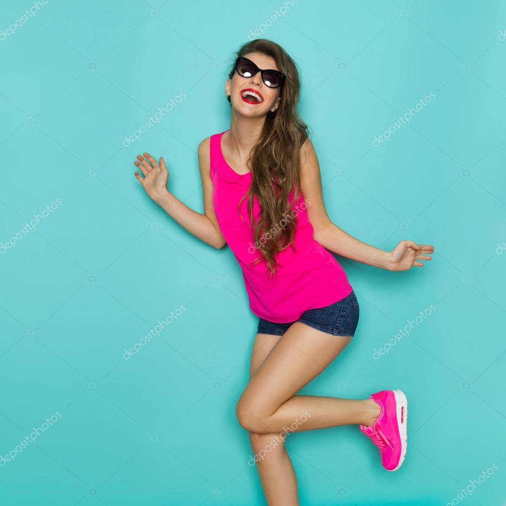 Девчонка танцует в леггинсах фото 113-195