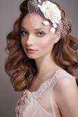 Vacker kvinna med blomma i håret — Stockfoto