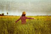Kobieta w lato łąka — Zdjęcie stockowe