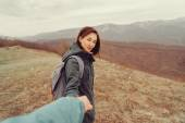 Hiker woman holding male hand — Foto Stock