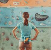 Donna in piedi davanti alla parete di arrampicata pratico — Foto Stock
