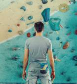 Man standing in front of a practical climbing wall — Stock Photo