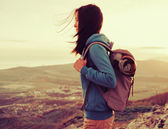 Hiker young woman with backpack — Stockfoto