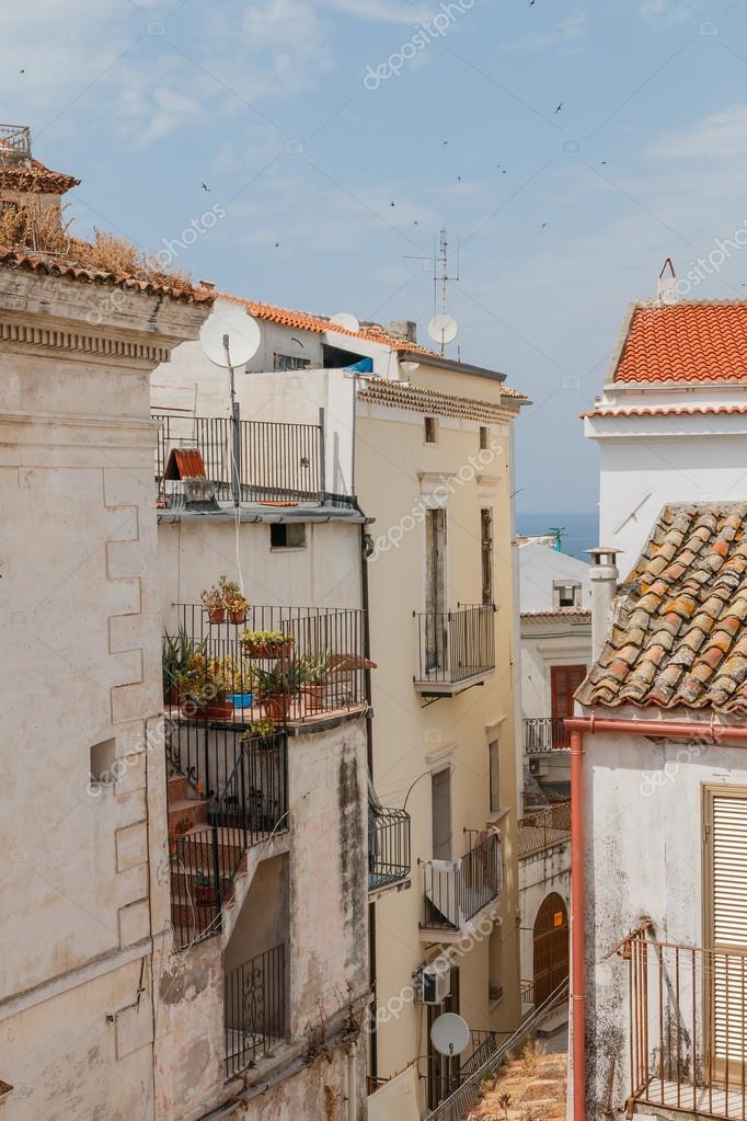 Calle de la ciudad con techos y casas antiguas de colores for Colores de techos de casas