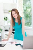Junge Frau posiert im Büro — Stockfoto