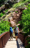 Couple hiking in colorado — Stockfoto