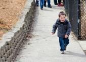 возбужденных маленький мальчик — Стоковое фото