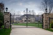 Large fancy mansion behind a gated entry — Stock Photo
