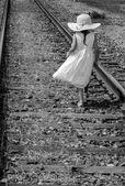 Dromerige kind in zwart-wit op railroad tracks — Stockfoto