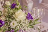Premium catering arrangement with flowers and glasses — Stockfoto