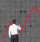 Man drawing chart on wall — Stockfoto