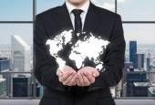 世界地図を保持している実業家 — ストック写真