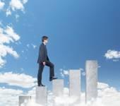Empresario caminando sobre tabla — Foto de Stock