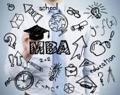 Starszy Kierownik jest spisywać zalety tytuł magistra administracji biznesu. Koncepcja stopnia Mba. — Zdjęcie stockowe