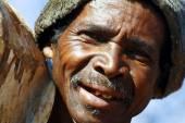 Homem de trabalho duro, carregando um tronco de árvore - madagascar — Fotografia Stock