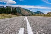 Silniční hory sky asfalt — Stock fotografie