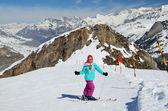 青年在滑雪道上滑雪 — 图库照片
