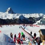 französischer Ski Resort gegen die Spitze du Midi d ' Ossau — Stockfoto #53474561