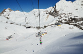 Chair lift above the snow pistes — Foto de Stock