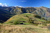 Hamlet on the green slope in Pyrenees — Foto Stock