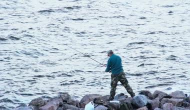 Pescador pesca en el Golfo de Finlandia — Vídeo de Stock