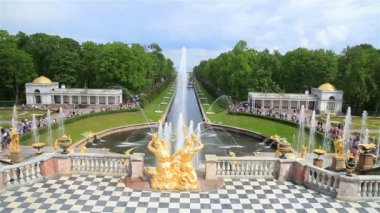 St. Petersburg-Peterhof. Fountains and statues. — Stock Video