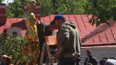 Trabalhadores lavagem uma estátua de ouro em Peterhof. São Petersburgo. Rússia. 2015 — Vídeo stock