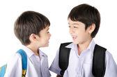 Piccolo ragazzo di pari livello dell'allievo in uniforme su priorità bassa bianca — Foto Stock