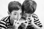 Mały chłopiec rodzeństwo jedzenie arbuza razem — Zdjęcie stockowe