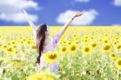 Glad sorglös sommar flicka — Stockfoto