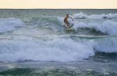 Indonesian surfer surfing — Stockfoto