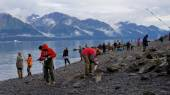 People fishing salmon in Resurrection Bay in Seward — Stock Photo