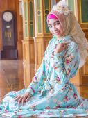 Young asian muslim woman in full decorated dress — Stock Photo