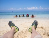 Flip flop on white sand beach — Stock Photo
