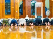 Peple musulman asiatique sont prier à la mosquée — Photo