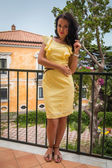 Frau im gelben kleid — Stockfoto