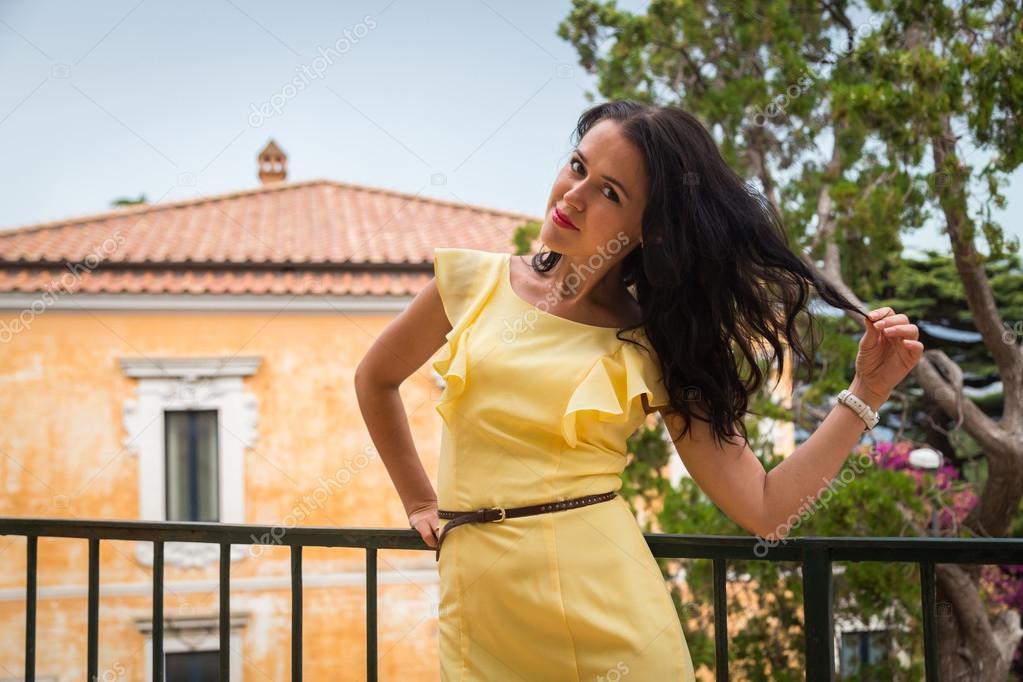 穿着黄色衣服的女人