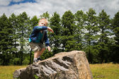 Boy playing on stone — Стоковое фото