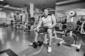 Uomo fa esercizi con manubri. — Foto Stock